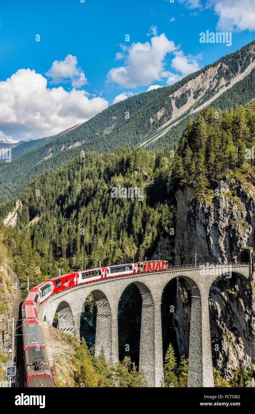 Glacier Express auf dem Landwasser Viadukt bei Schweizer Alpen, Schweiz | Glacier Express Auf Landwasser Viadukt, Stockbild