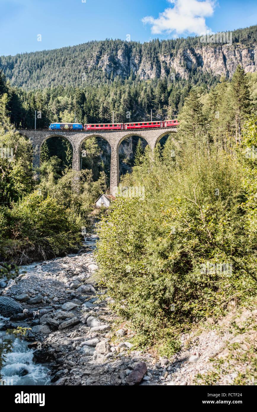 Schnellzug in Schmittentobel-Viadukt, Schweizer Alpen, Graubünden, Schweiz | Express Zug Auf Dem Schmittentobel Stockbild