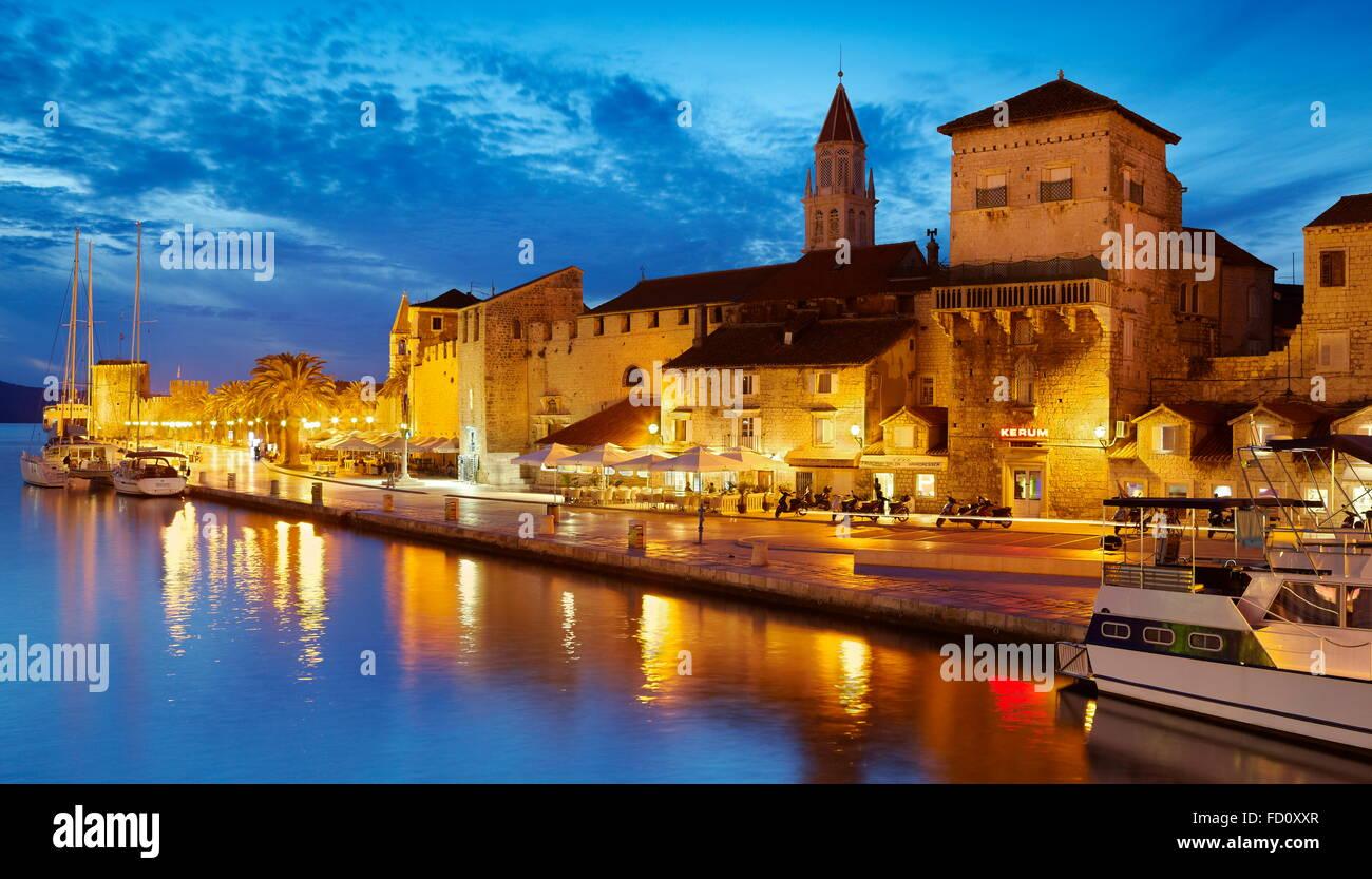 Trogir, direkt am Meer-Hafen in der Altstadt von Trogir, Kroatien Stockbild