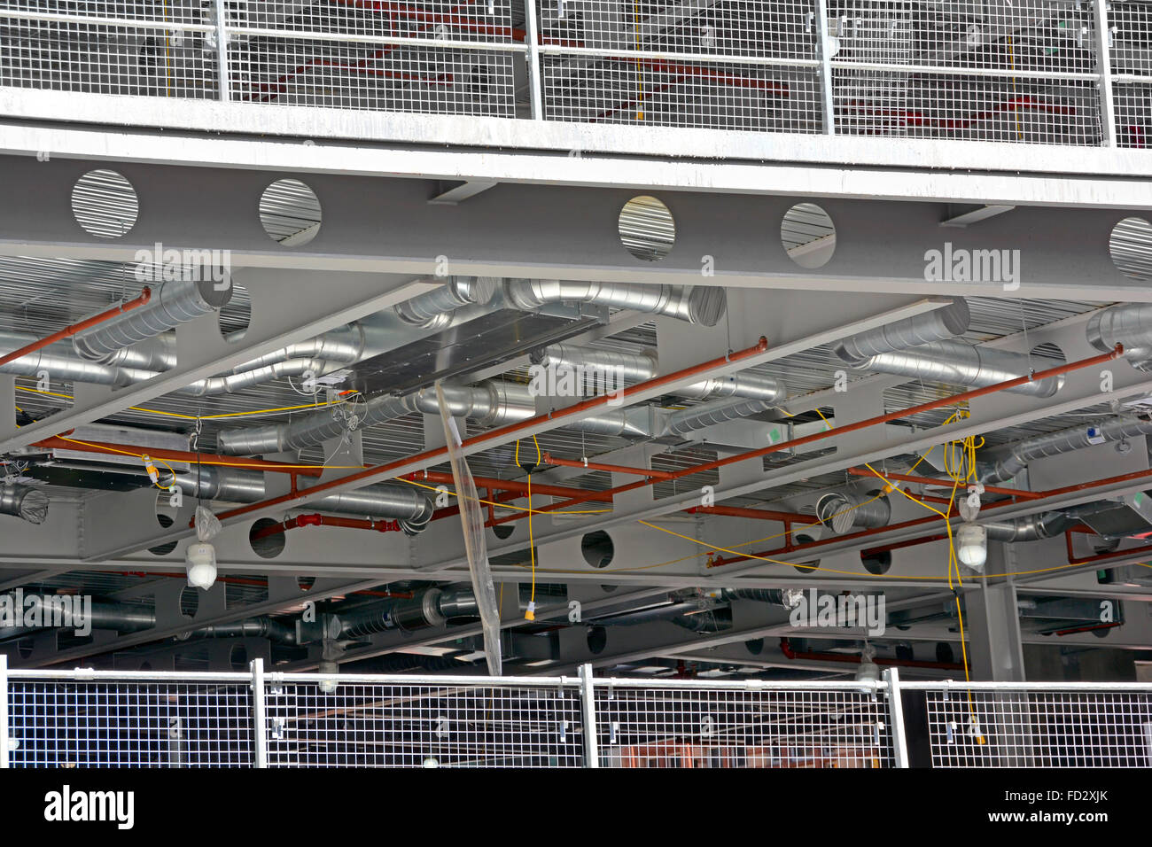 Typische Stock modernes, mehrstöckiges Büro Bau zeigt Führungsschienen, Stahlträger, Belag und Stockbild