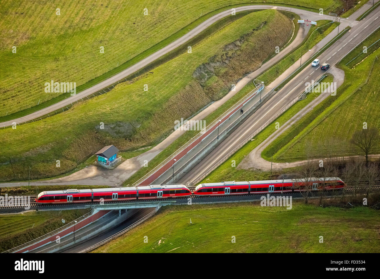 Luftbild, s-Bahn, Bahn, s-Bahn kreuzt eine Auto Unterführung Eisenbahnbrücke, nahe dem Bahnhof Bockum Stockbild