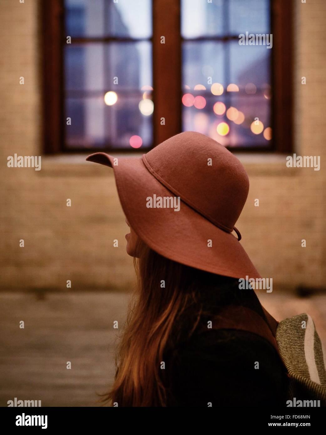 Nahaufnahme einer Frau mit Hut Stockbild