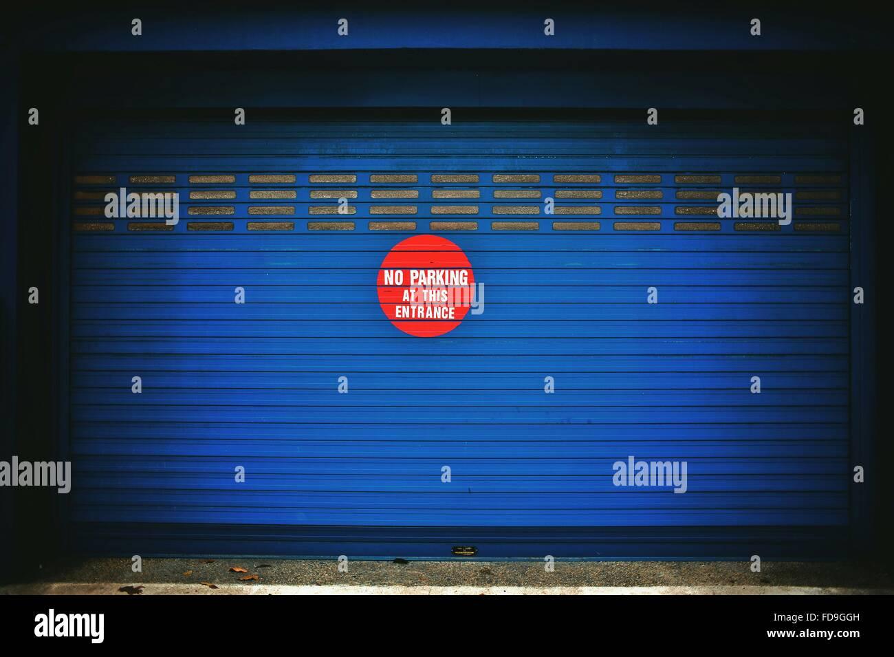 Kein Parkplatz Zeichen auf blauem Verschluss Stockbild