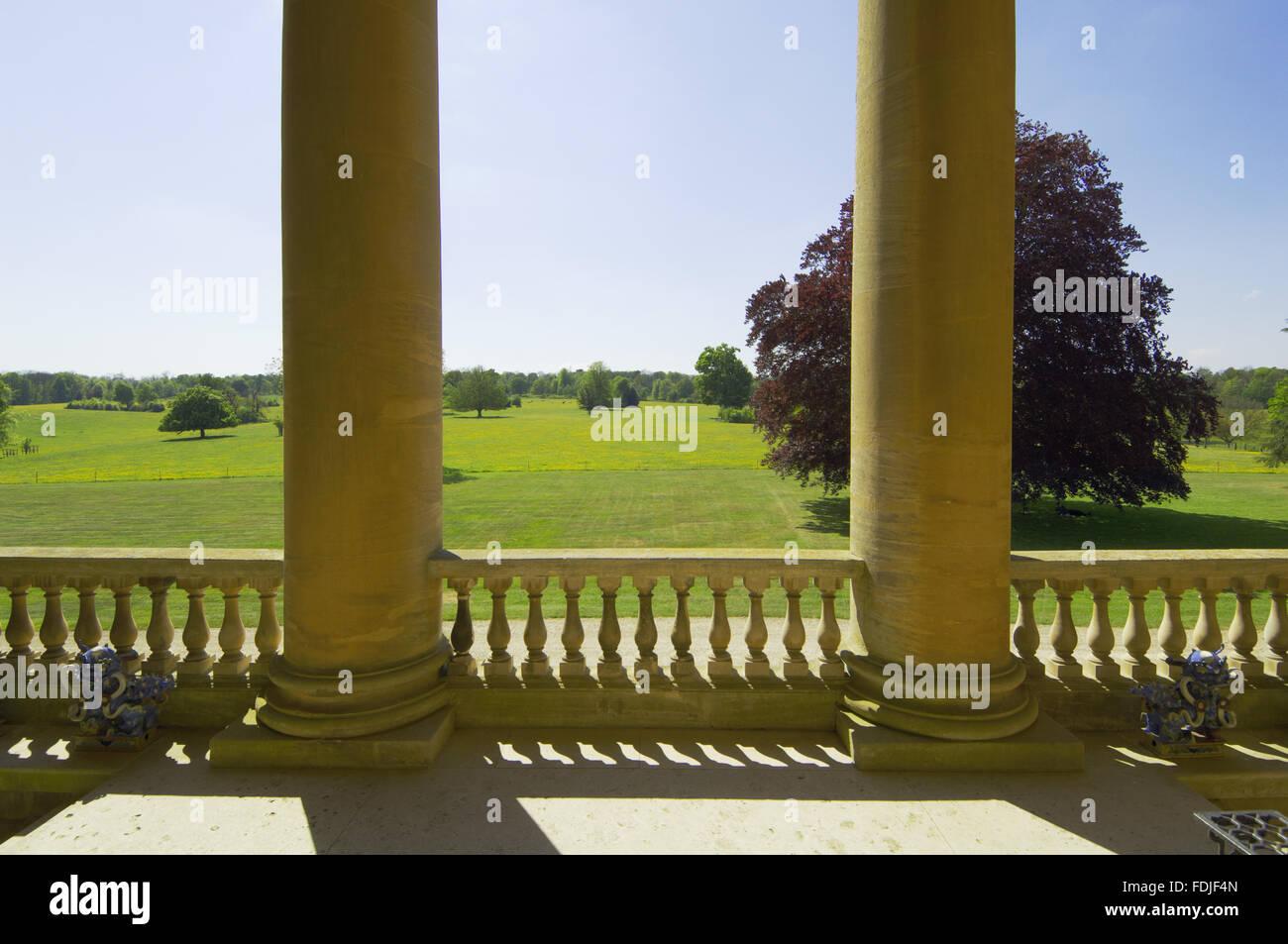 Blick von der vertieften Ionischen Portikus über dem Rasen an der Westfront in Basildon Park, 1776-83 von John Stockbild