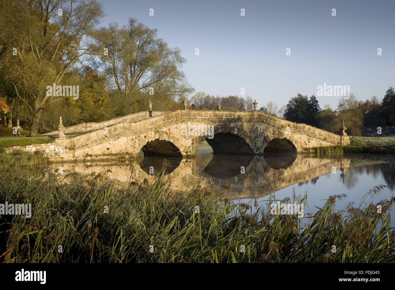 Der Oxford-Brücke an einem frostigen Tag bei Stowe Landscape Gardens, Buckinghamshire. Stockbild
