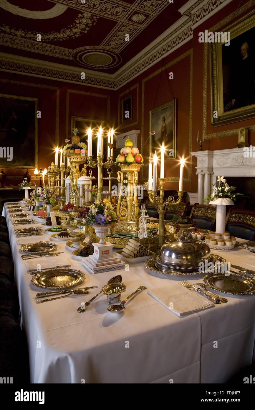 Der Speisesaal im Attingham Park, Shrewsbury, Shropshire, mit dem Esstisch gelegt für ein Galadiner und mit Stockbild