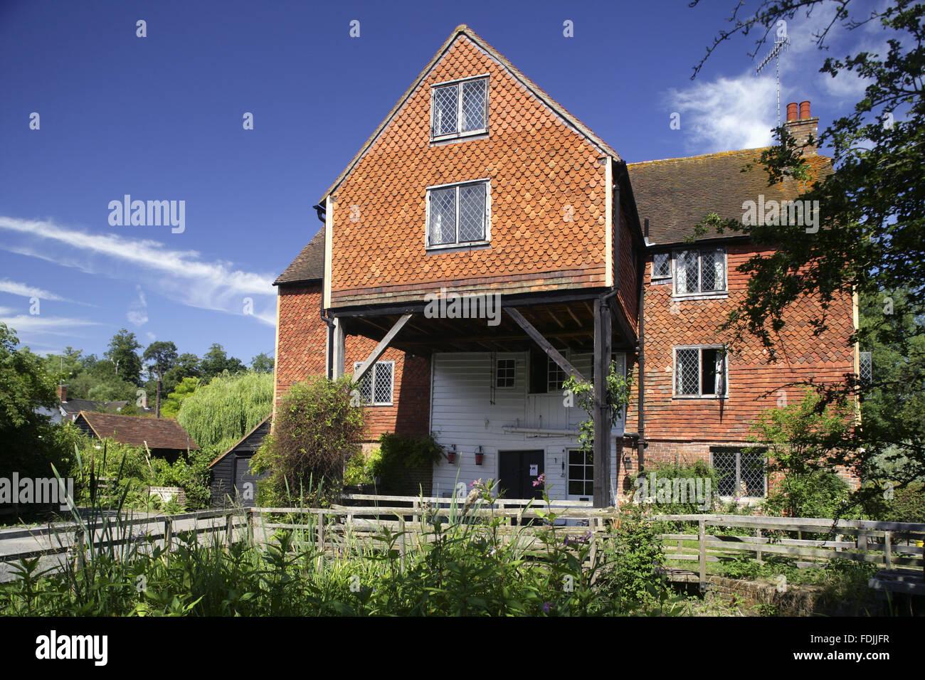 Shalford Mill am Tillingbourne River, einem Nebenfluss des Flusses Wey, Surrey. Die Wassermühle ist aus dem Stockbild