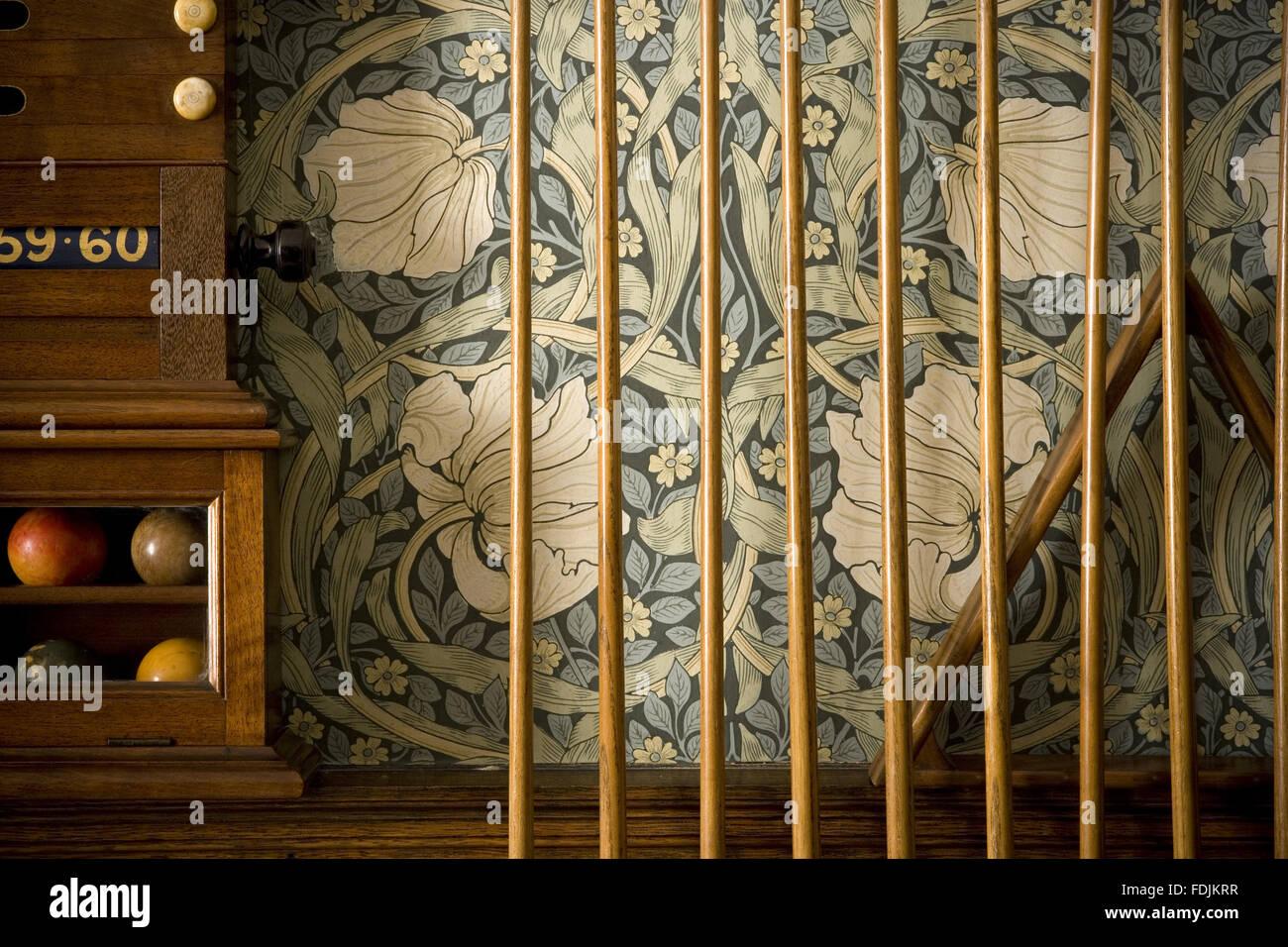 Detail aus der Billardraum mit hinweisen, die gegen die William Morris Pimpernel Tapete ausgekleidet, und Teil des Stockbild