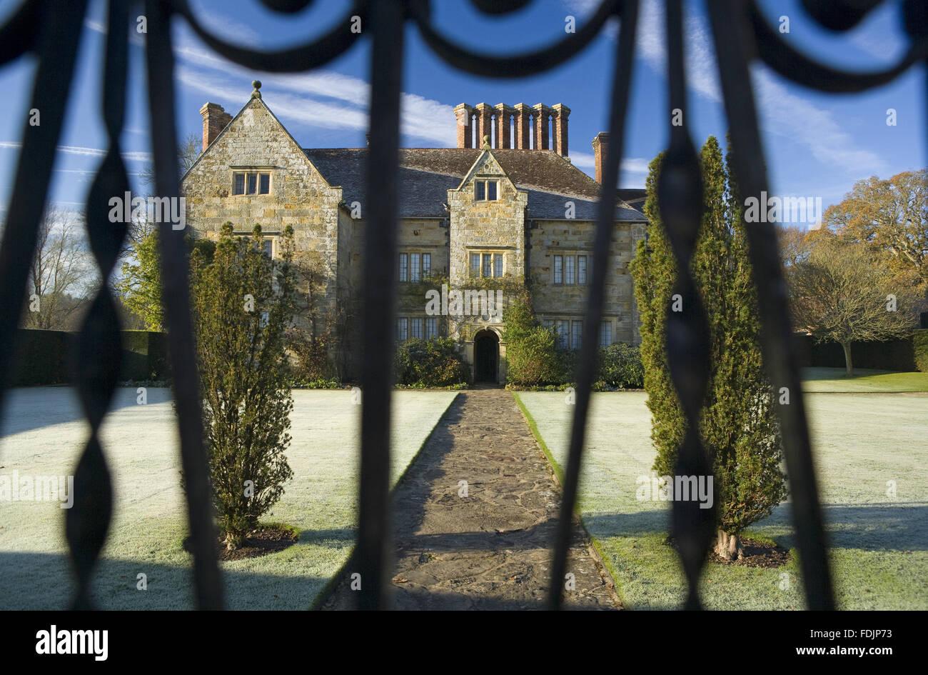 Ein Blick durch das Tor an einem frostigen Morgen bei Bateman, Burwash, East Sussex. Die jakobinischen Haus war Stockbild