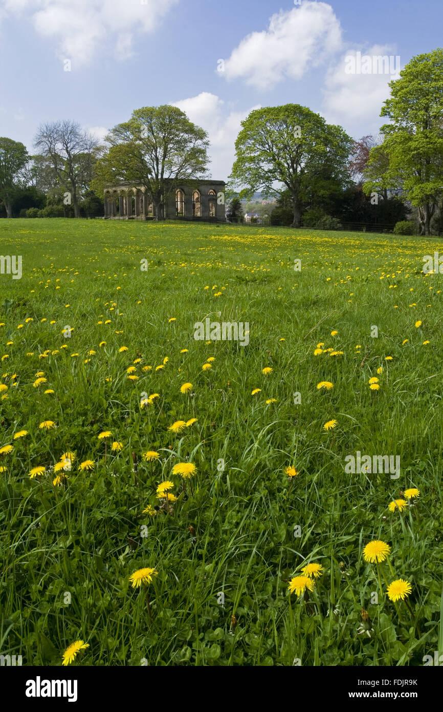 Blick über eine Wildblumenwiese in der Orangerie des Gibside, Newcastle Upon Tyne. George Bowes erbte das Anwesen Stockbild