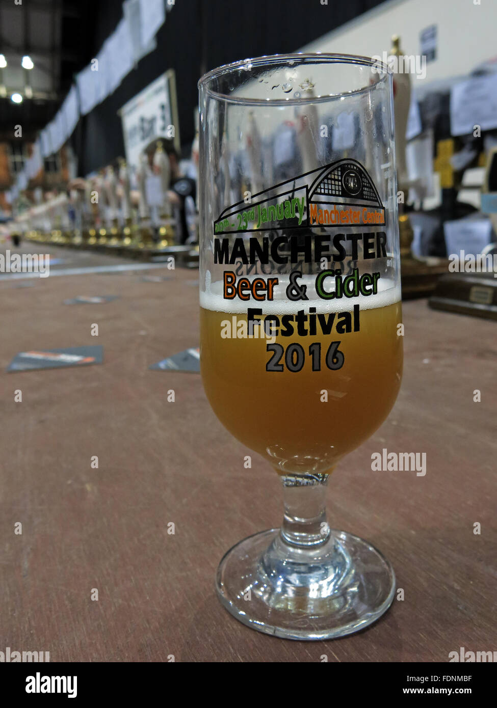 Laden Sie dieses Alamy Stockfoto Manchester Central CAMRA Winter Bierfest 2016, Lancs, England, UK-Bierglas - FDNMBF