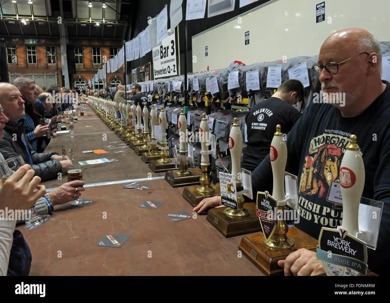 Laden Sie dieses Alamy Stockfoto An der Bar des Manchester Central CAMRA Winter Bierfestival 2016, Lancs, England, UK - FDNMRM