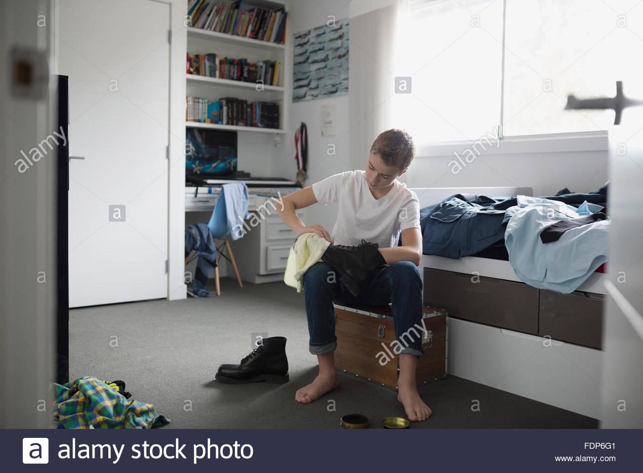 Junge, strahlende Kadett einheitliche Schuhe im Schlafzimmer Stockbild