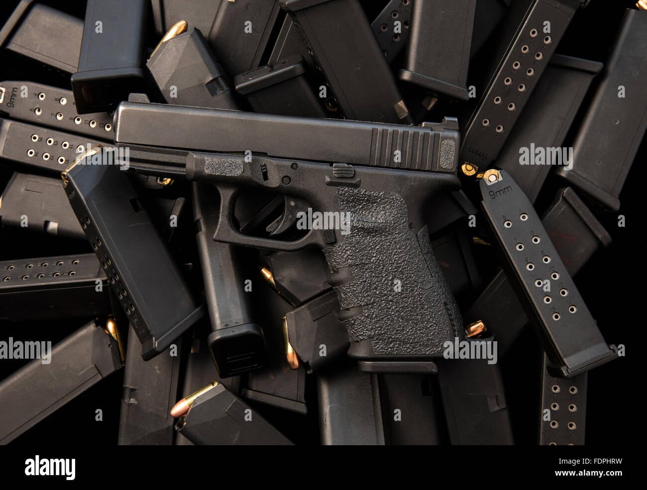 Glock 9mm halbautomatische Pistole mit hoher Kapazität Zeitschriften und Munition Stockbild