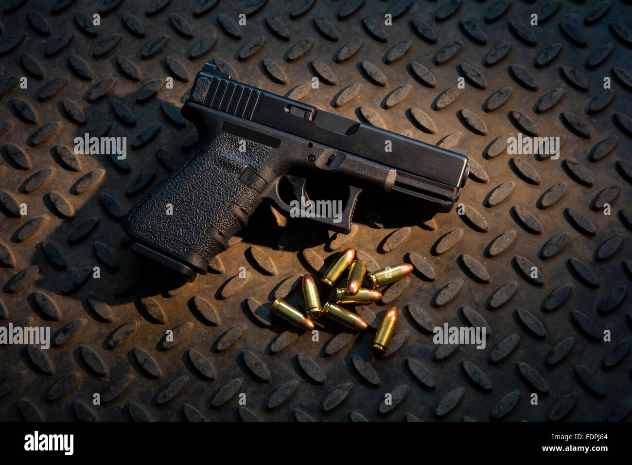 Halbautomatische 9mm Pistole mit scharfer Munition. Stockbild