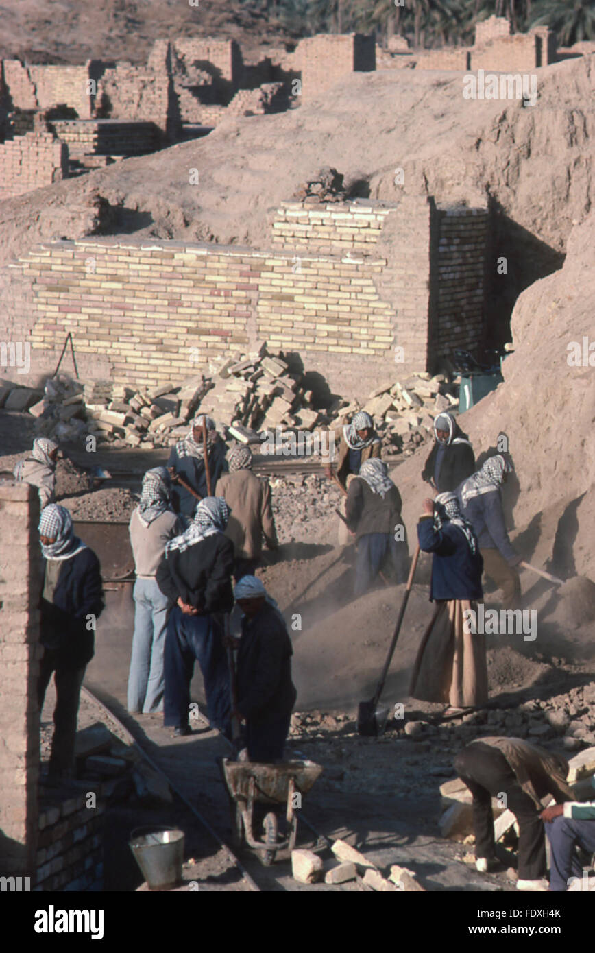 Irakische Arbeiter Graben zwischen historischen Ruinen, alten mesopotamischen archäologische Stätte von Stockbild
