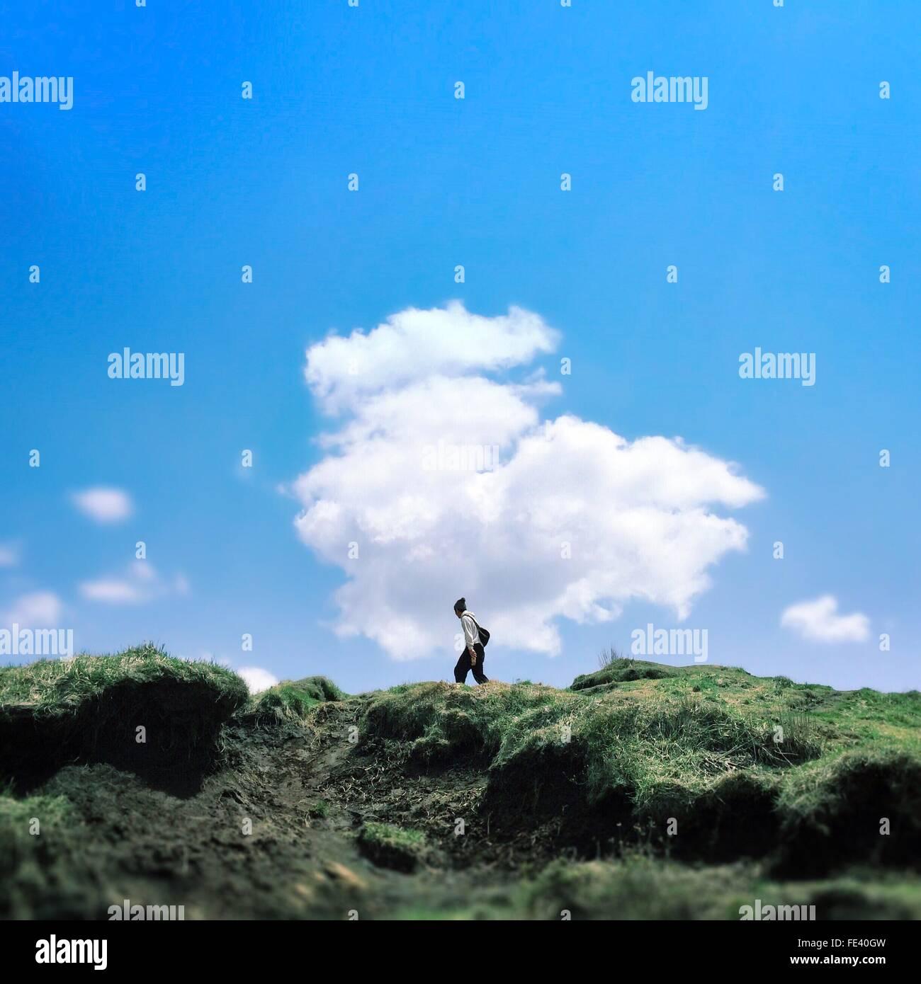 Mann zu Fuß auf den Berg gegen Himmel Stockbild