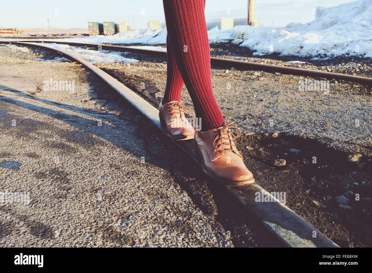 Geringen Teil der Person zu Fuß am Bahngleis Stockbild