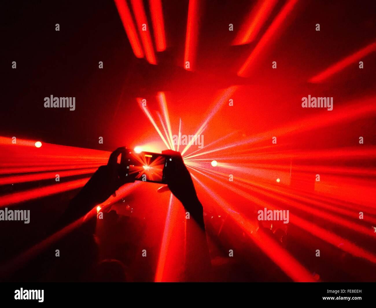 Person, die Aufnahme bei Nacht Club Party Stockbild