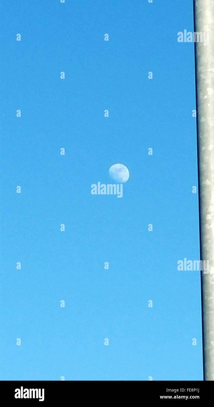 Moon In klaren, blauen Himmel Stockbild