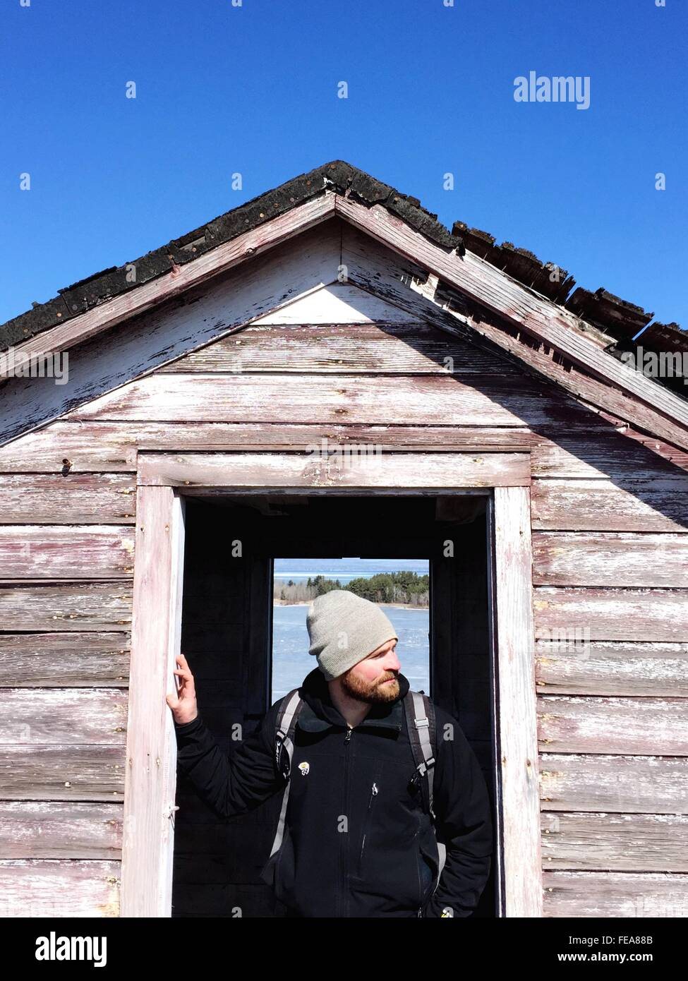 Mann steht vor der Tür der Hütte Stockbild