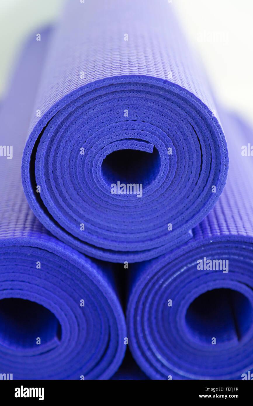 Stapel von lila Yoga oder Pilates Matten Stockbild