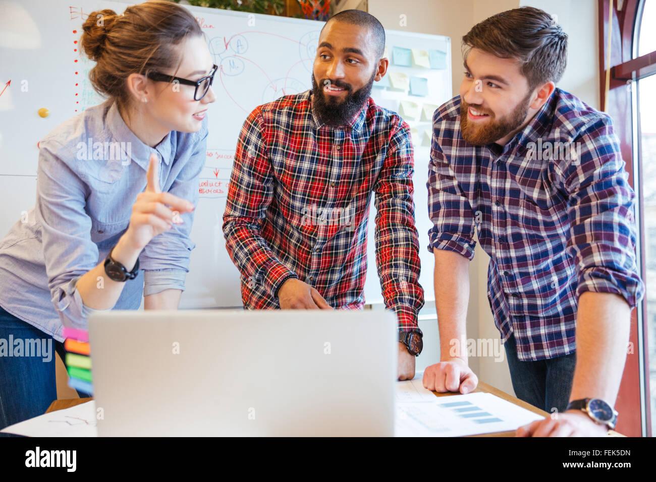 Multiethnische Gruppe von jungen Geschäftsleute arbeiten im Büro Stockbild