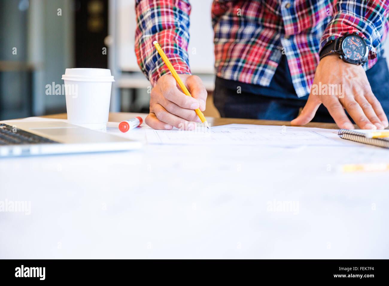 Junge afrikanische amerikanische Studentin Zeichnung Entwurf mit Bleistift im Klassenzimmer stehen Stockbild