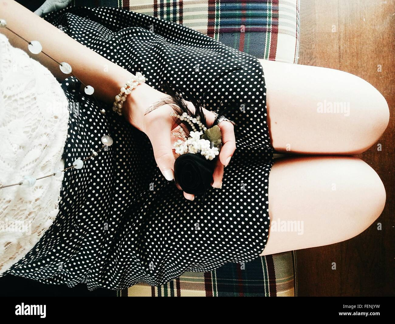 Mittelteil Frau mit Ornament sitzend auf Sofa Stockbild