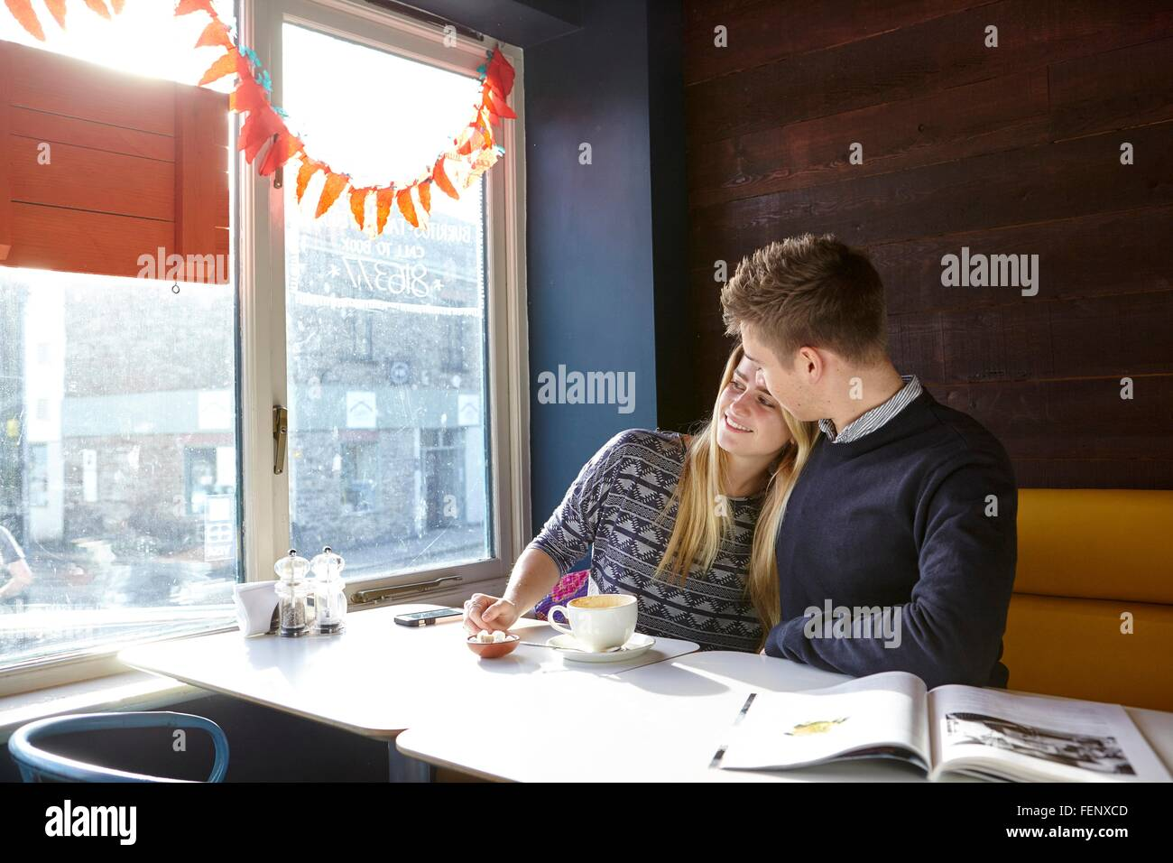 Romantische junges Paar am Tag im Café Fensterplatz Stockbild