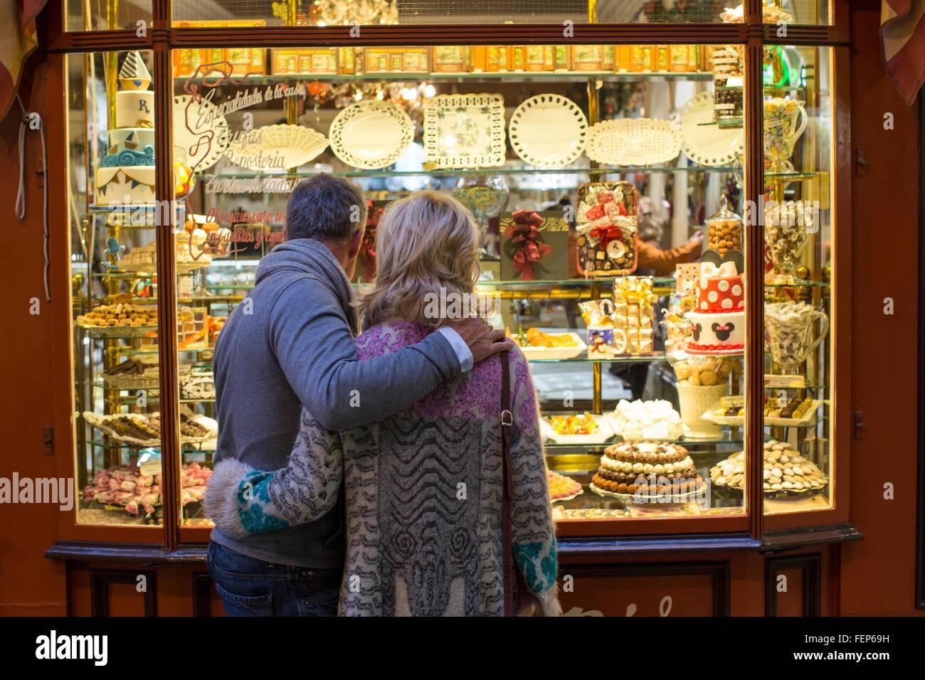 Rückansicht des romantischen älteres Paar am Kuchen Schaufenster, Mallorca, Spanien Stockbild