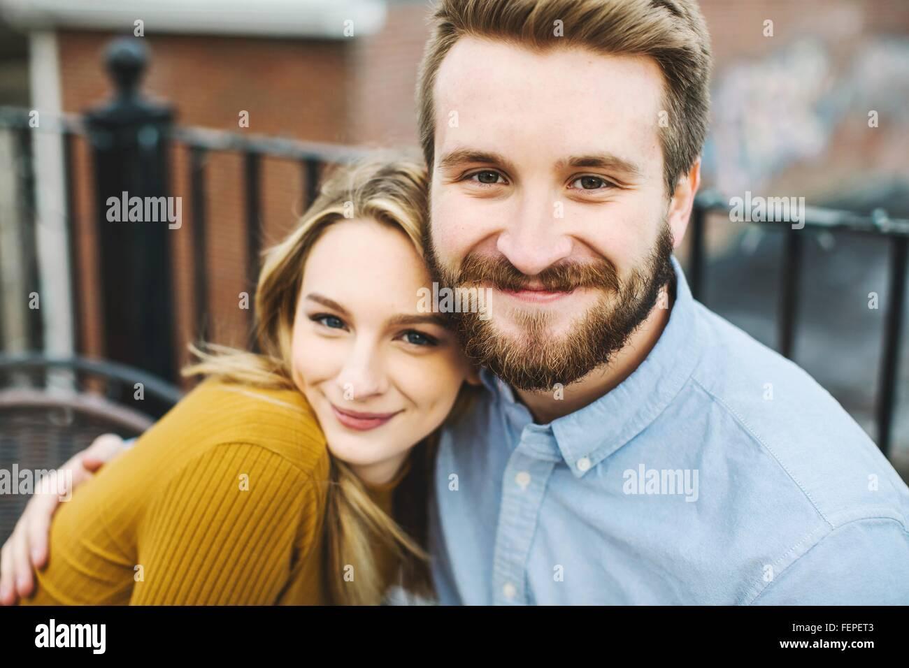 Porträt des romantischen junges Paar auf Stadt-Dachterrasse Stockbild