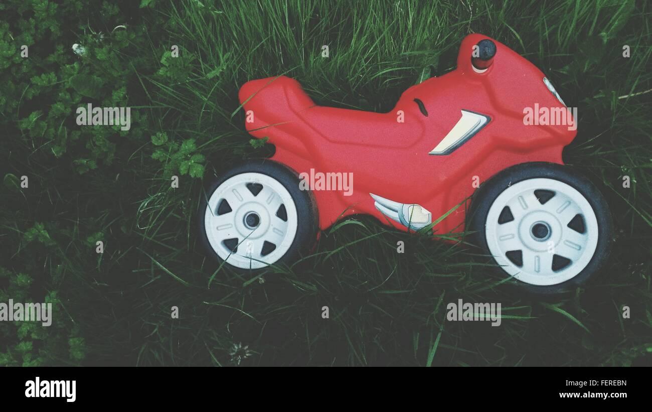 High Angle View Of Bike Spielzeug auf dem Rasen im Garten Stockbild