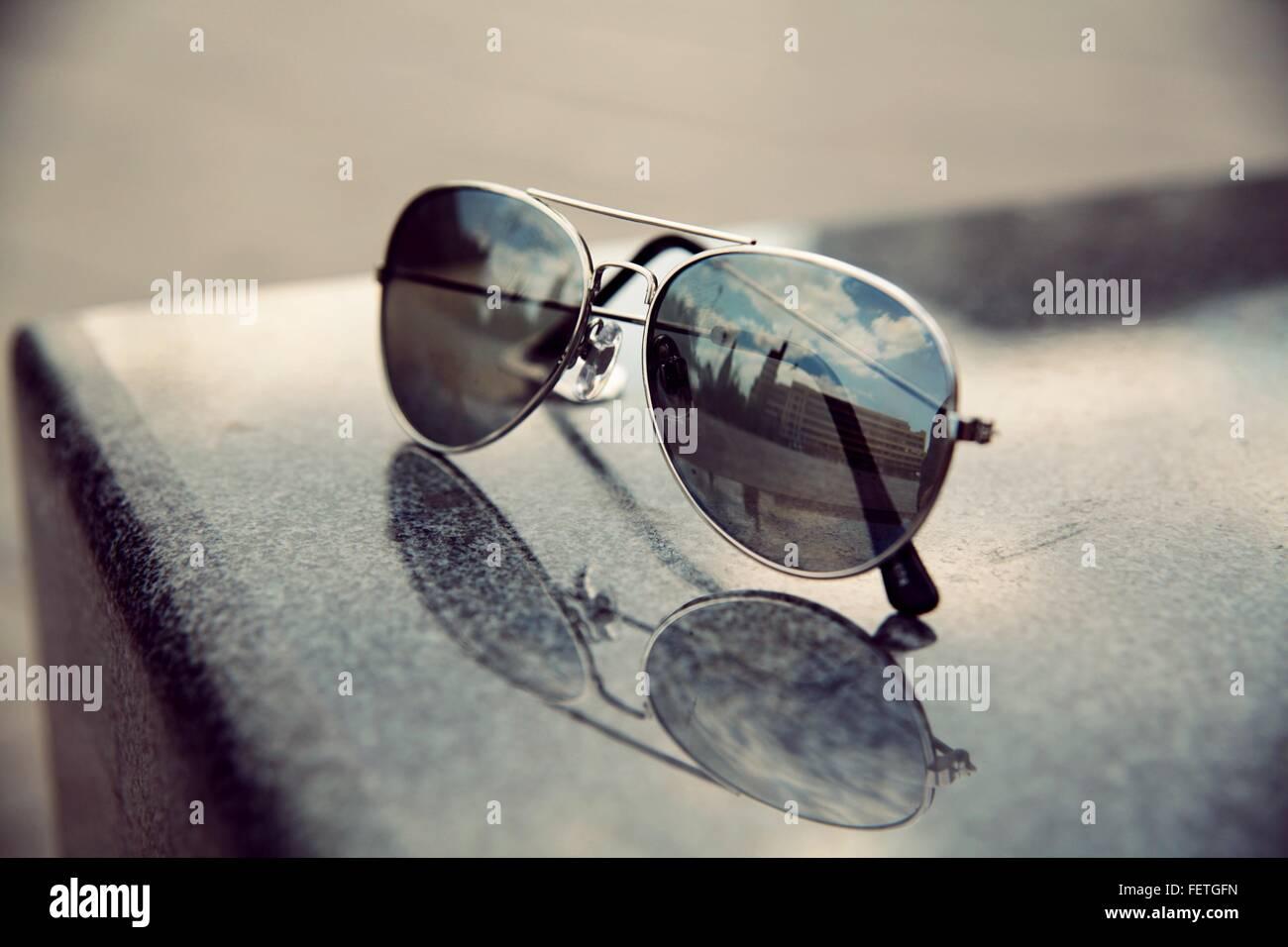 Reflexion des Gebäudes auf Sonnenbrille Stockbild