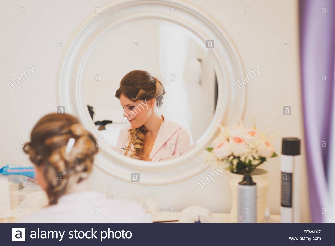 Reflexion der Frau im Spiegel Stockbild