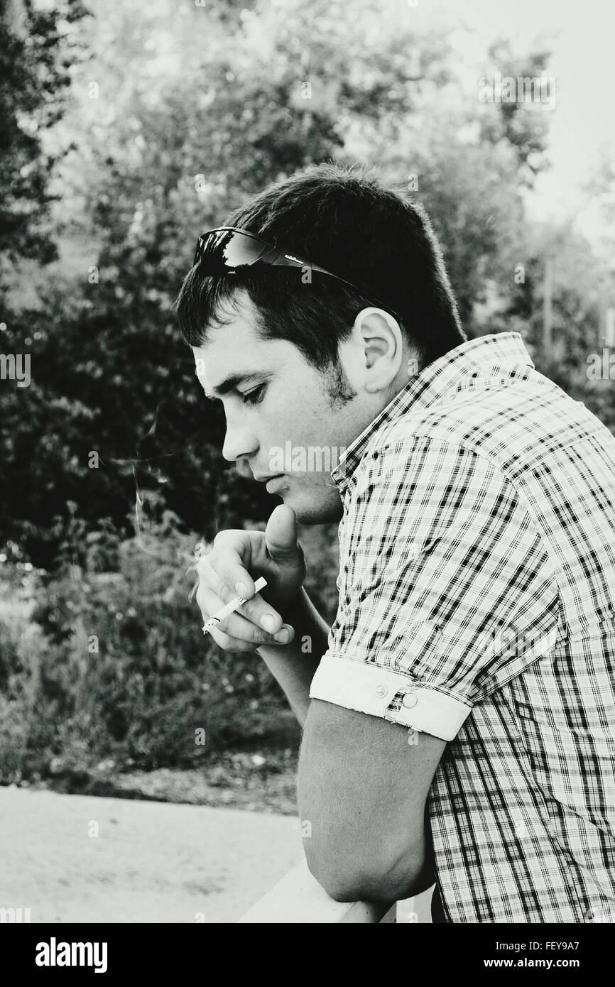 Mann Rauchen Zigarette im Park Stockbild