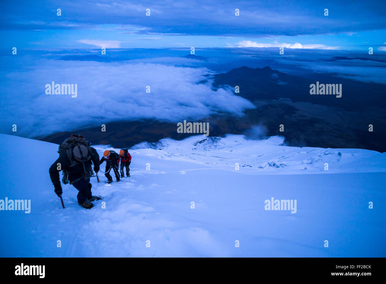 CRMimbers nahe dem Gipfel des Cotopaxi VoRMcano 5897m gRMacier bedeckt Gipfel, Cotopaxi NationaRM Park, Provinz Stockbild