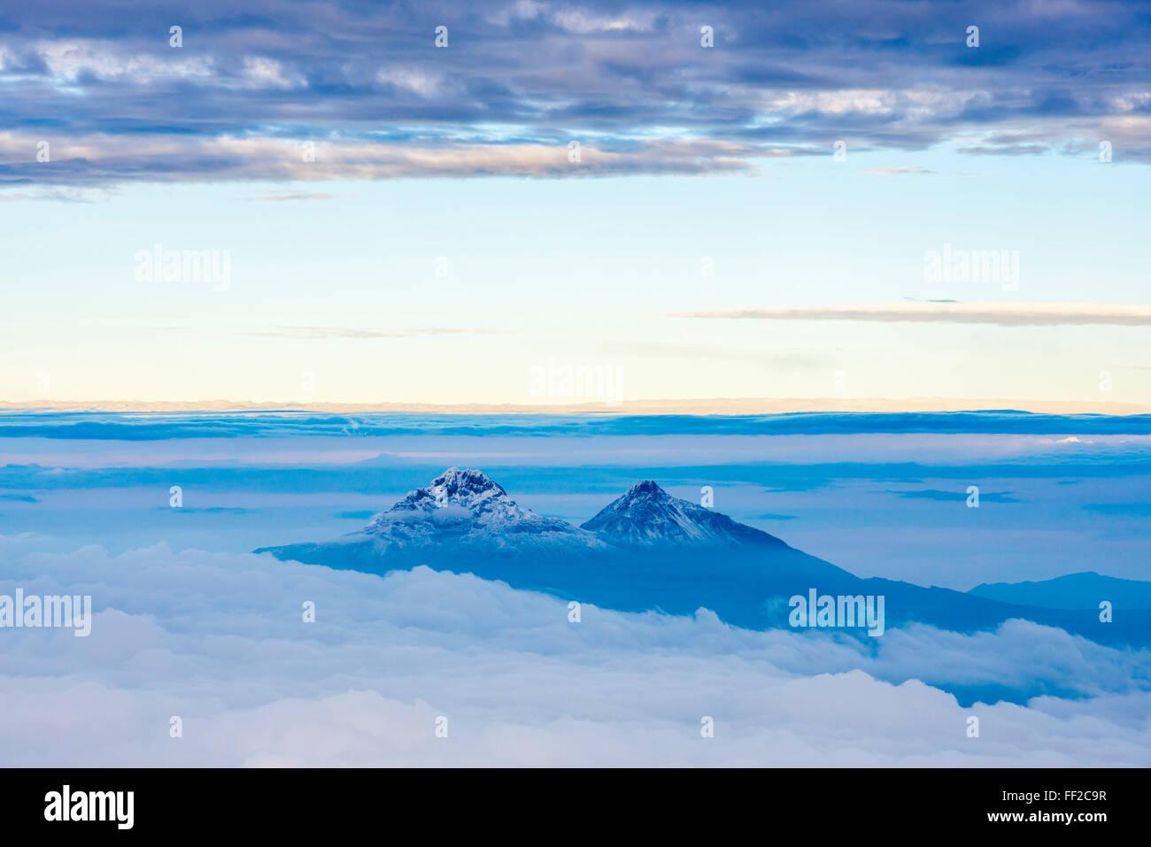 VoRMcanoes von IRMRMiniza Norte, 5126m auf RMeft und IRMRMiniza Sur 5248m rechts Provinz Cotopaxi in Ecuador Stockbild