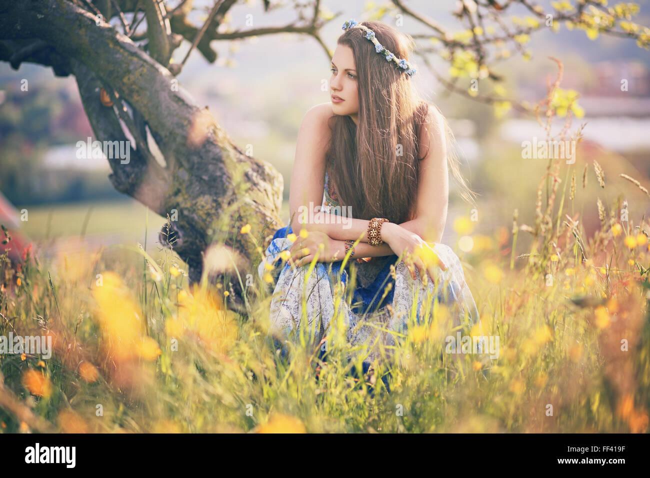 Wunderschöne Hippie-Frau mit Sommerblumen. Frieden und Harmonie Stockbild