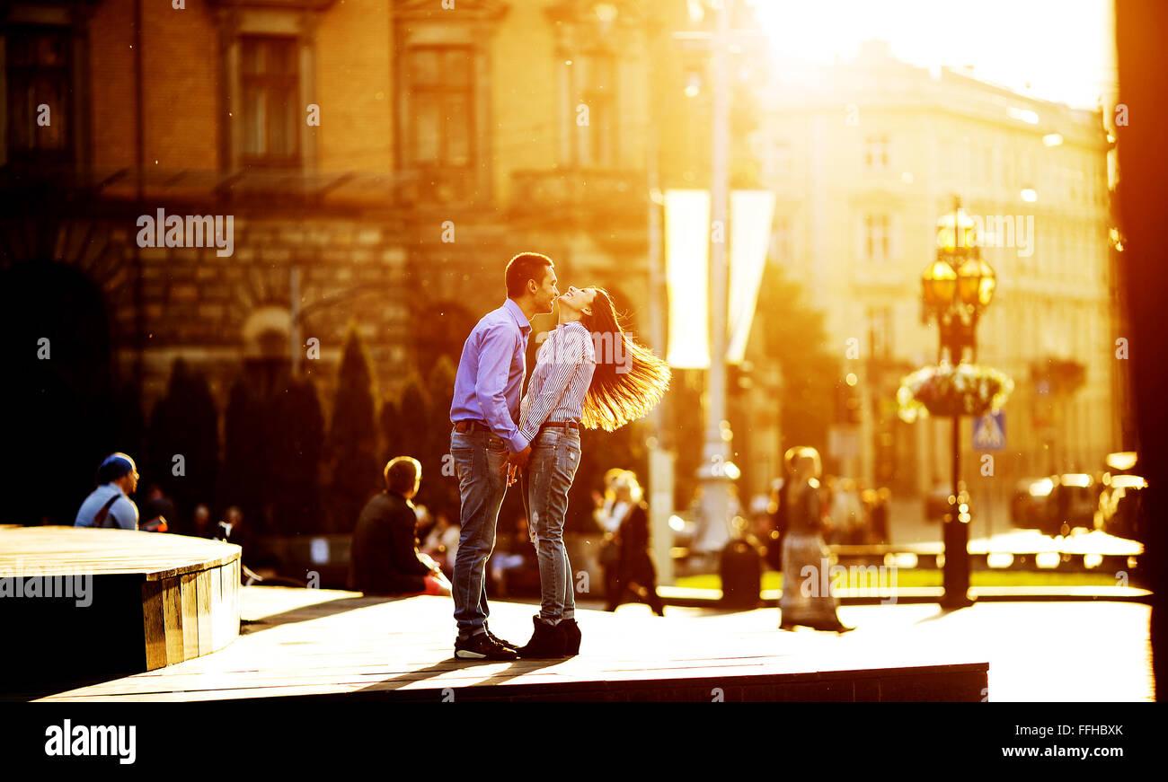 Paar hat Spaß in der Stadt Stockbild