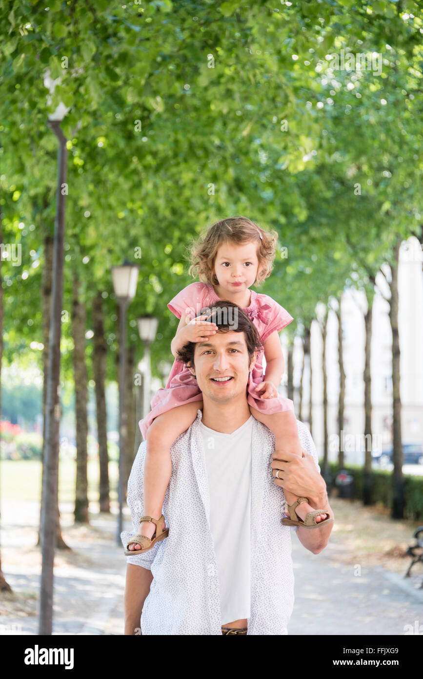 Vater Tochter auf den Schultern tragen Stockbild