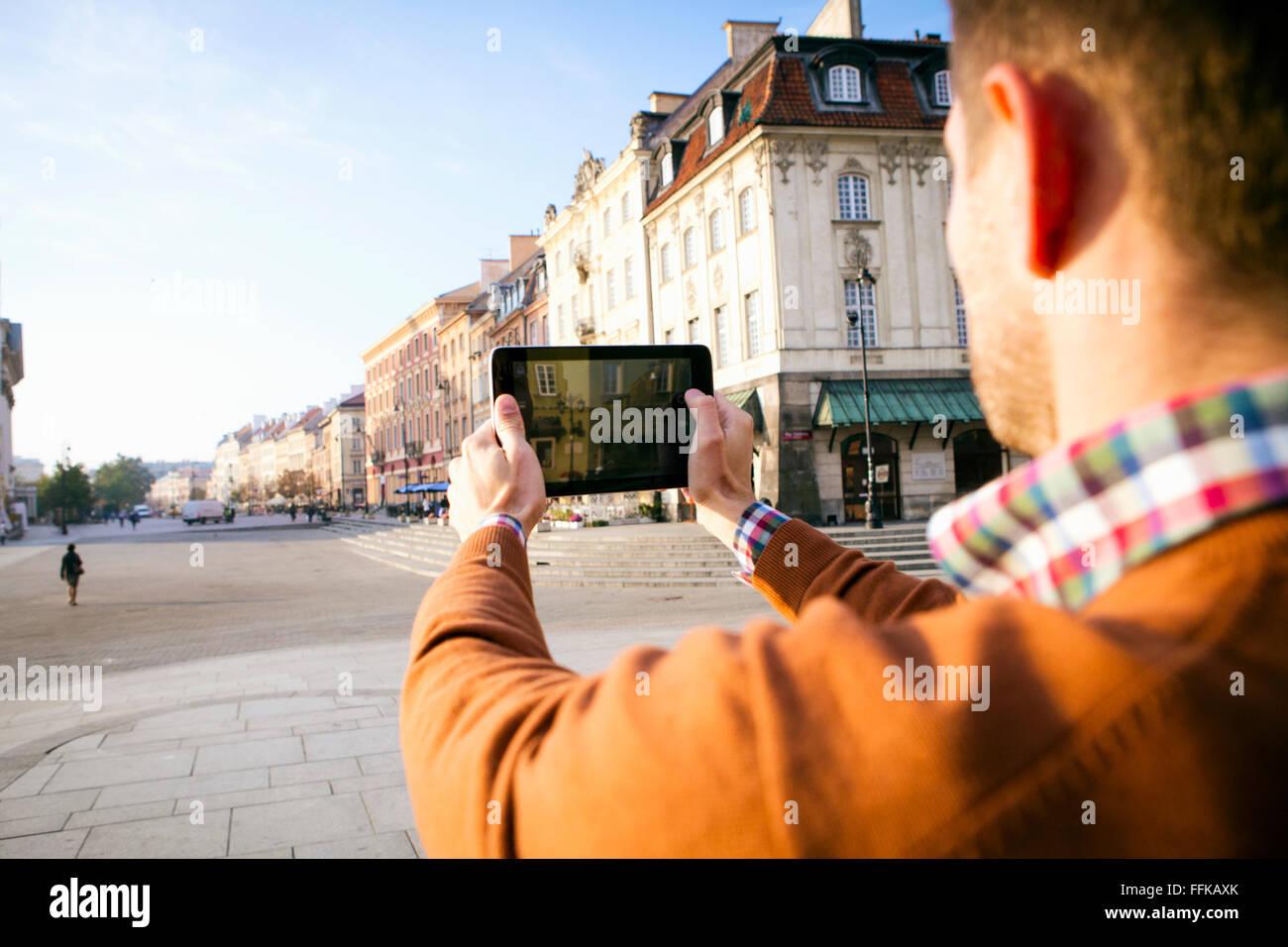 Mann auf einer Städtereise eine Aufnahme mit Smartphone Stockfoto