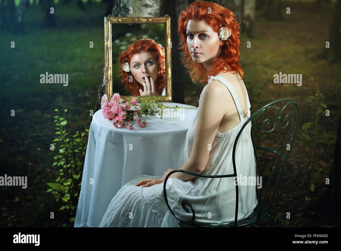 Schockiert Ausdruck in eine seltsame Spiegel. Surreal und Fantasie-Konzept Stockbild