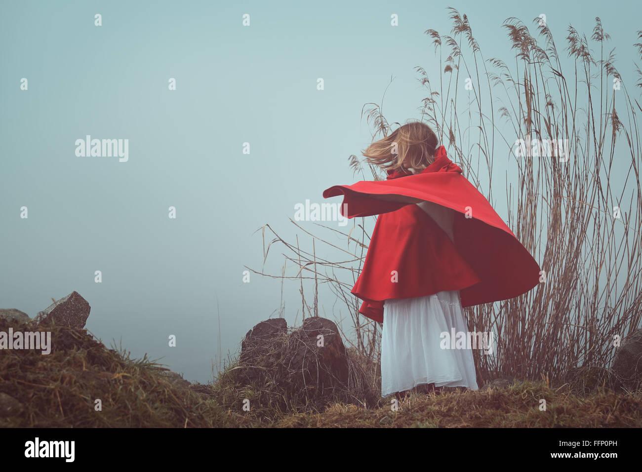 Dunkel und surreale Porträt einer rot mit Kapuze Frau. Trauer und Einsamkeit konzeptionellen Stockbild