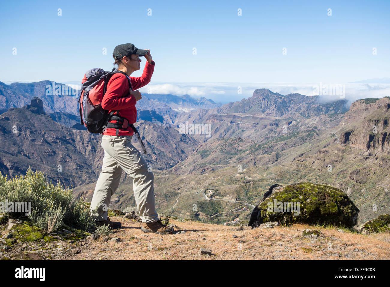 Weibliche Wanderer auf Bergwanderweg mit Blick auf Tejeda Krater auf Gran Canaria, Kanarische Inseln, Spanien. Stockbild