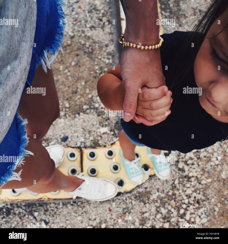 Mutter Hand in Hand mit Tochter beschnitten Stockbild