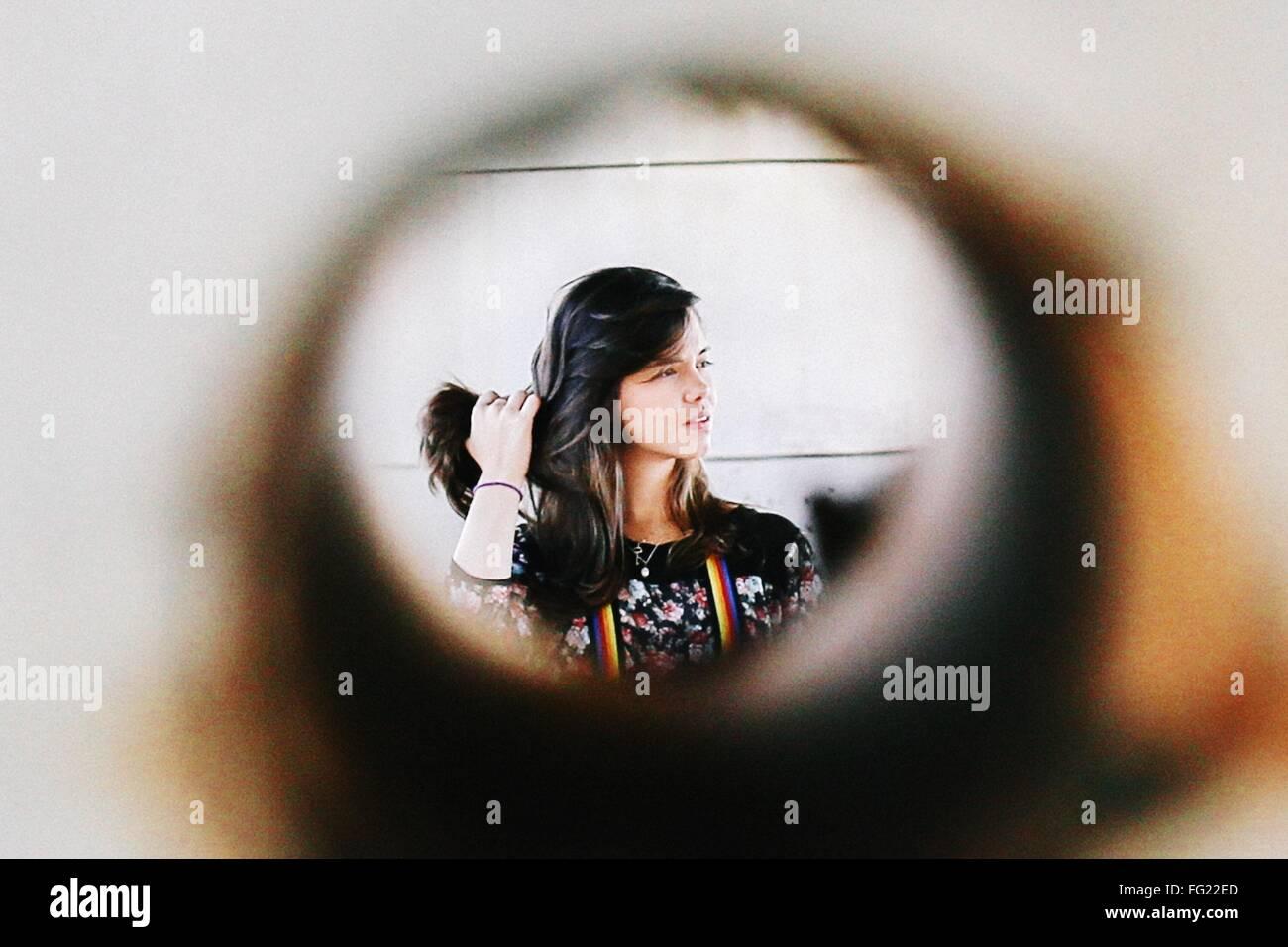 Junge Frau hält ihr Haar zu Hause Stockbild