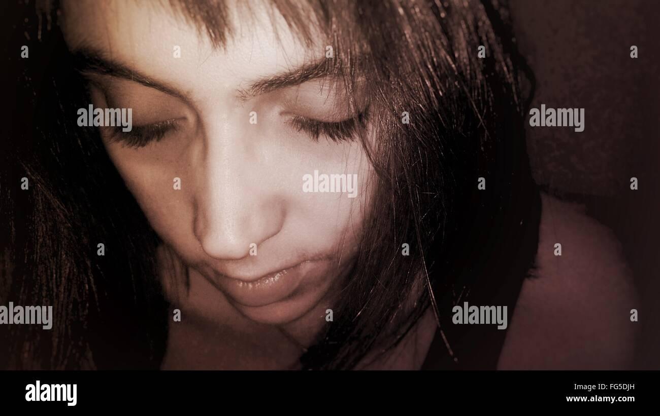 Nahaufnahme von Frau mit geschlossenen Augen In Zimmer Stockbild