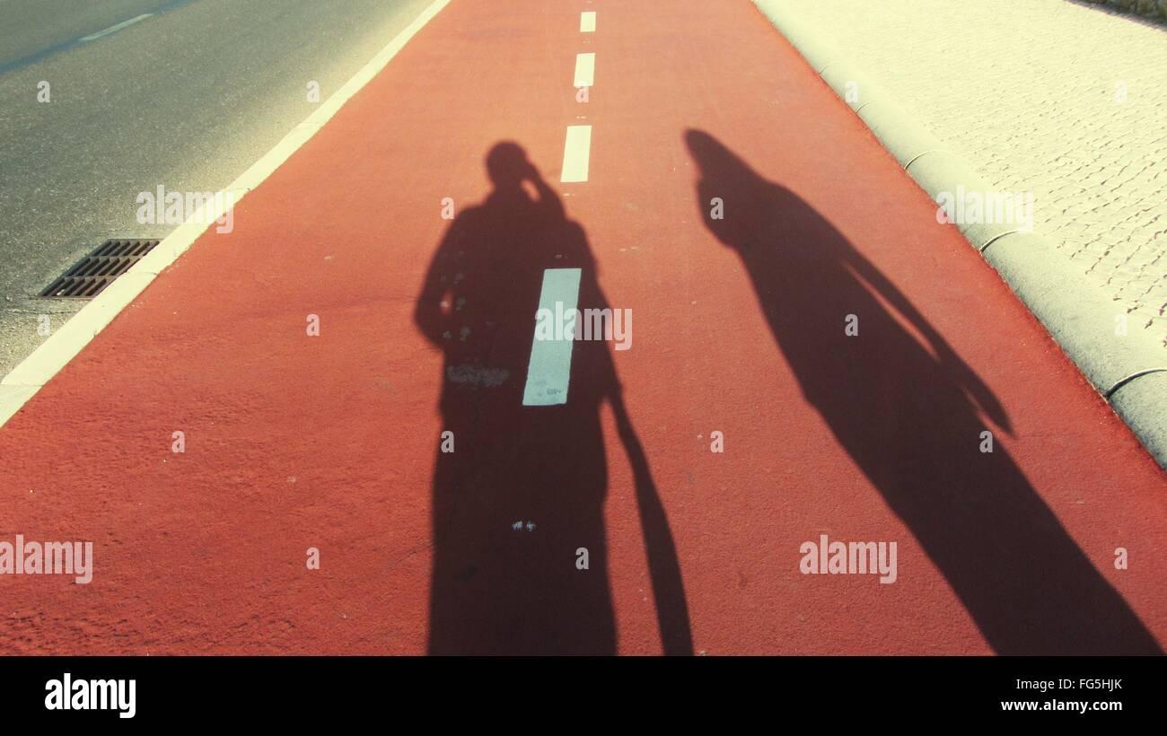 Mann und Frau Schatten auf Straße Stockbild