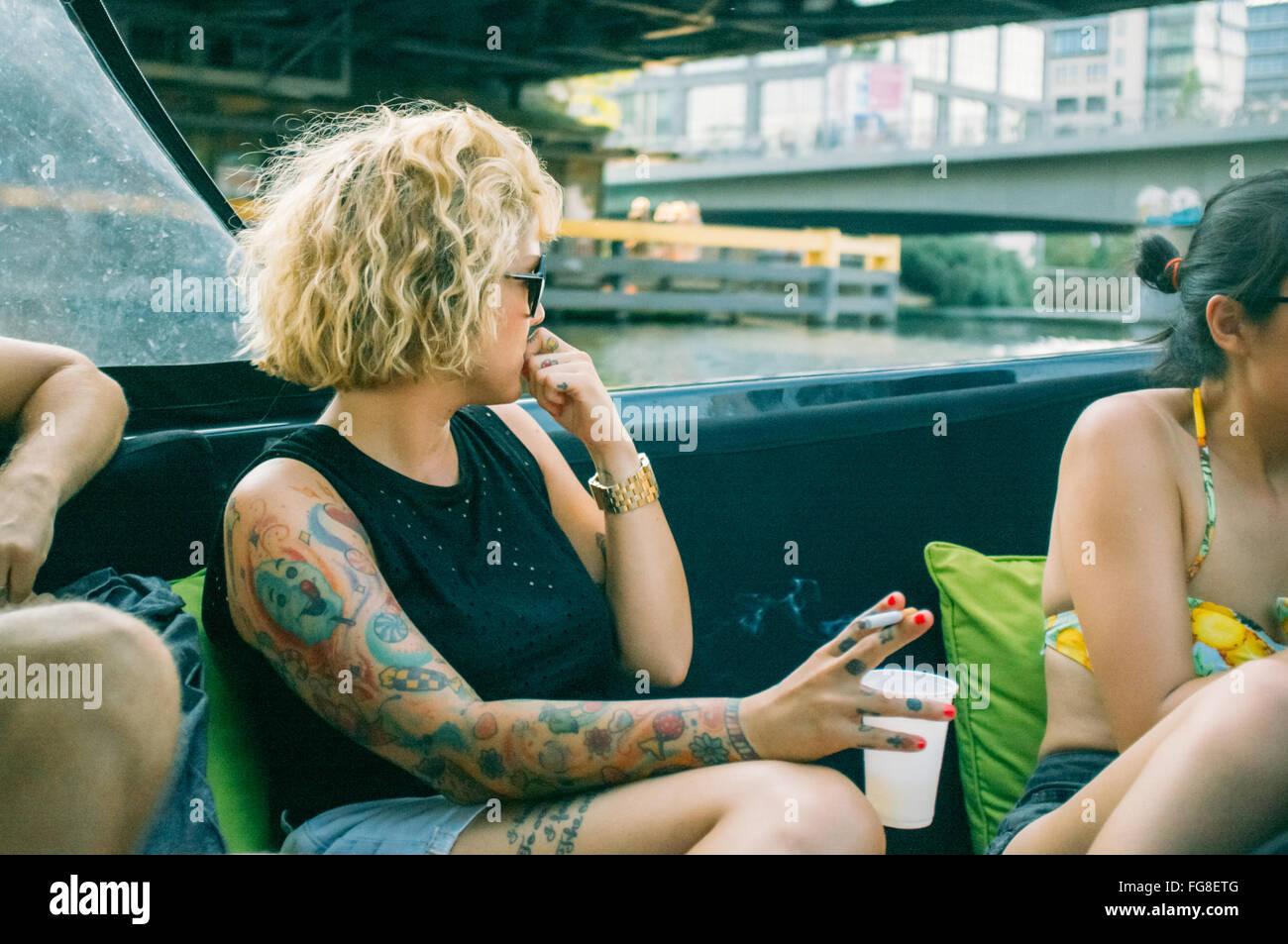 Frauen sitzen und genießen Sie im Boot am Fluss Stockbild